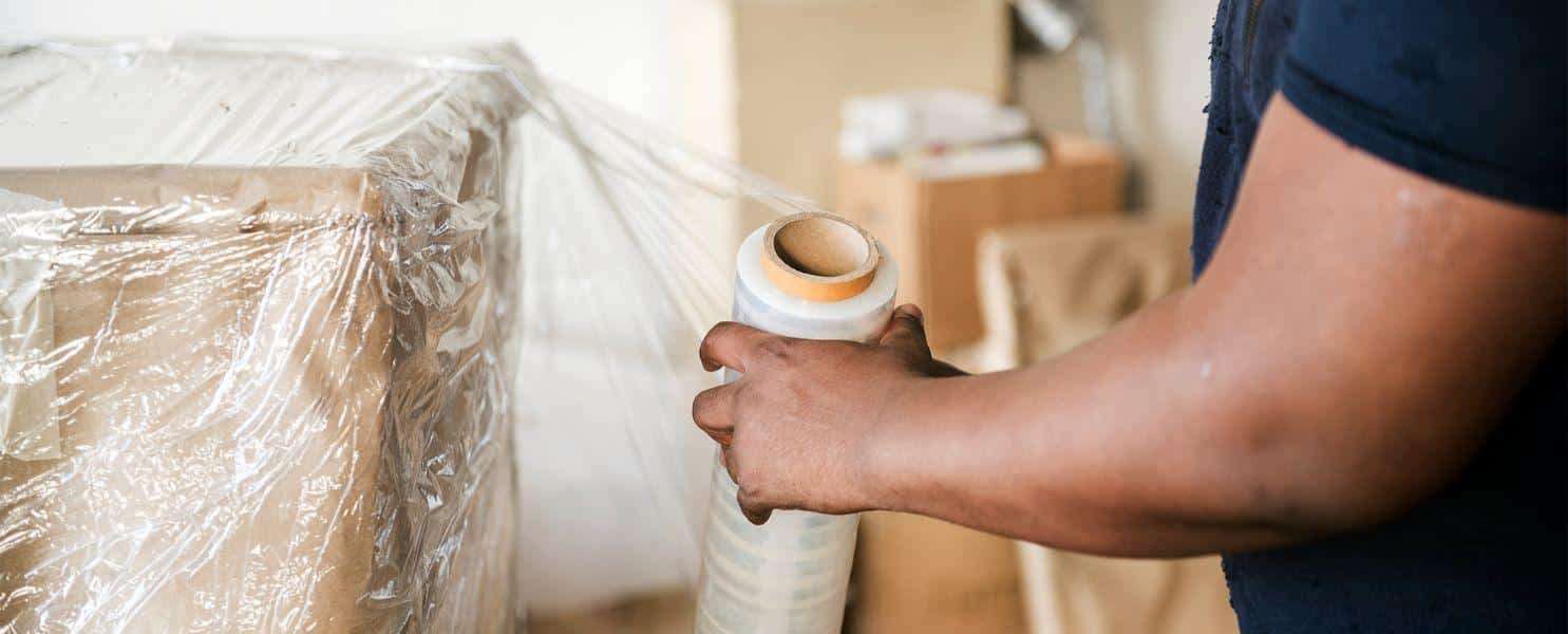 emballage de papier bulle lors d'un déménagement résidentiel